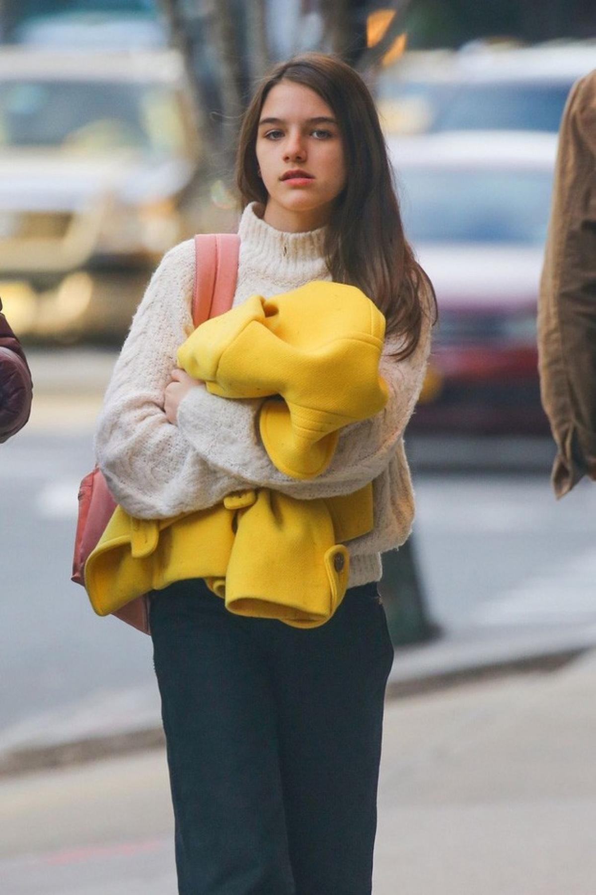 Nữ diễn viên Katie Holmes từng tiết lộ, bé Suri là một người vô cùng mạnh mẽ, cô bé hòa đồng và giàu tình yêu thương.