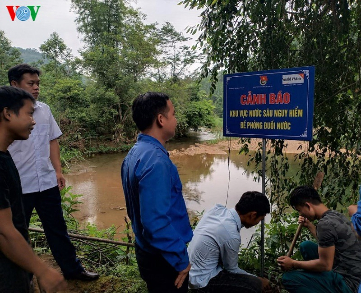 Việc cắm biển cảnh báo nguy hiểm, khu vực nguy cơ xảy ra đuối nước được được thực hiện bởi các lực lượng nòng cốt như đoàn thanh niên, dân quân, công an xã.