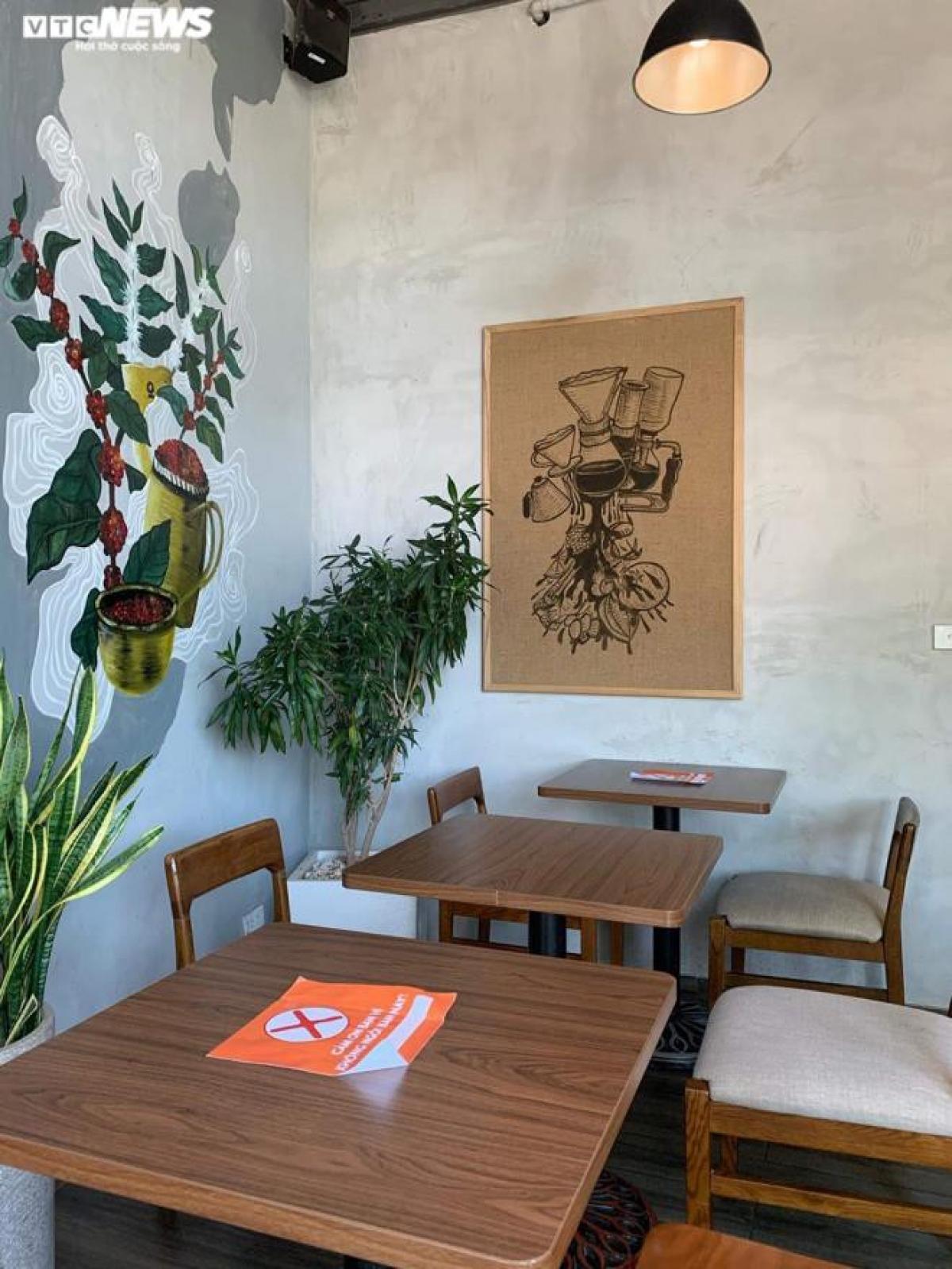 Một số cửa hàng khác có không gian chật hẹp hơn chấp nhận chỉ hoạt động 50% công suất bàn. Số còn lại được tận dụng để giãn cách, tạo không gian trống giữa các bàn với nhau.