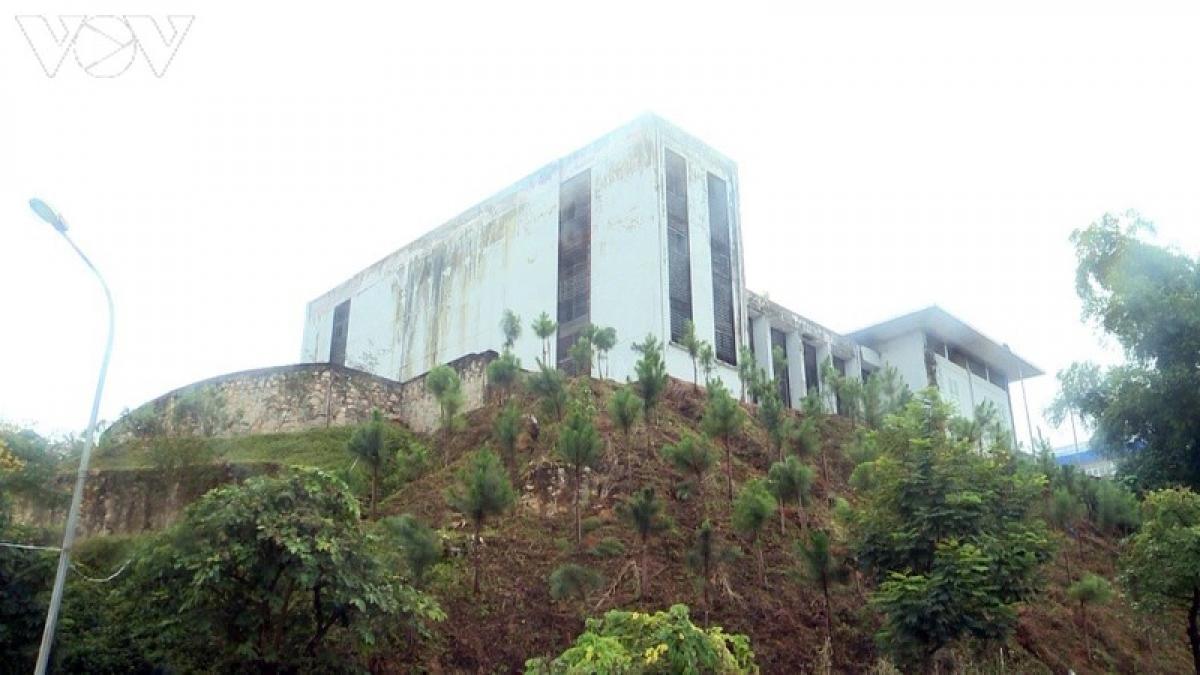 Theo dự toán ban đầu, công trình Trung tâm thanh thiếu niên tỉnh Lào Cai có tổng vốn đầu tư gần 50 tỷ đồng, trong đó 30 tỷ của Trung ương đoàn, còn lại là đối ứng của tỉnh, chưa kể phát sinh về sau.