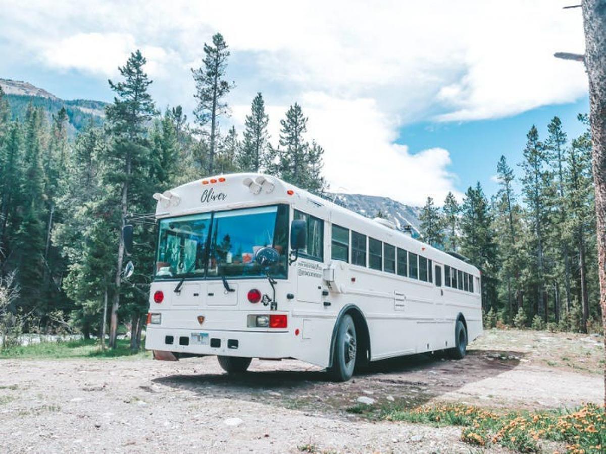 Không lựa chọn xe van hay RV vì quá nhỏ bé và không đủ chỗ cho cả gia đình, cả gia đình quyết định mua một chiếc xe bus trường học trị giá 5.000 USD và lên đường.