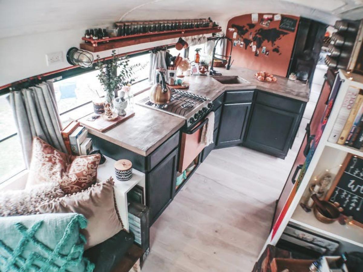 Phòng bếp nhỏ nhắn nhưng vẫn đầy đủ dụng cụ, máy móc cần thiết.