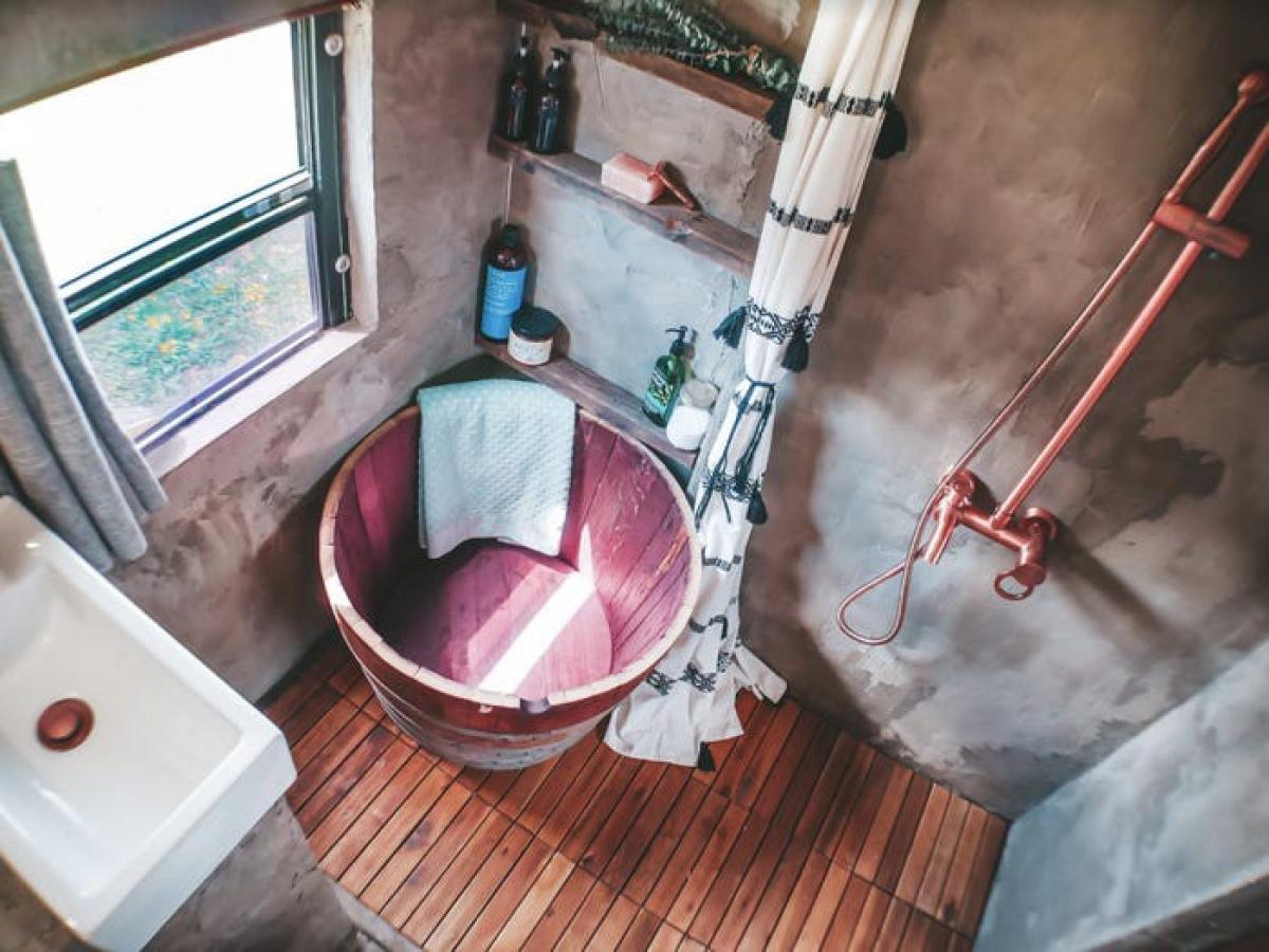 Với chiếc bồn tắm này, cả gia đình vẫn có thể vừa ngâm bồn và vừa tắm vòi hoa sen.