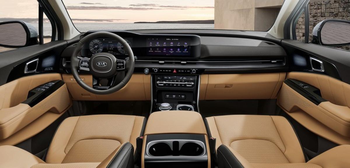 Nằm ở vị trí nổi bật tại bảng điều khiển thiết kế mới là màn hình công cụ kỹ thuật số 12,3 inch và hệ thống thông tin giải trí màn cảm ứng 12,3 inch, tất cả đều nằm gọn dưới một tấm kính. Hệ thống kết nối Apple CarPlay và Android Auto sẽ là tiêu chuẩn trên xe và tùy thuộc vào thị trường sẽ có dịch vụ Kia Live, cung cấp thông tin giao thông trực tiếp, dự báo thời tiết, các thắng cảnh và chi tiết về khả năng đỗ xe trong và ngoài đường.