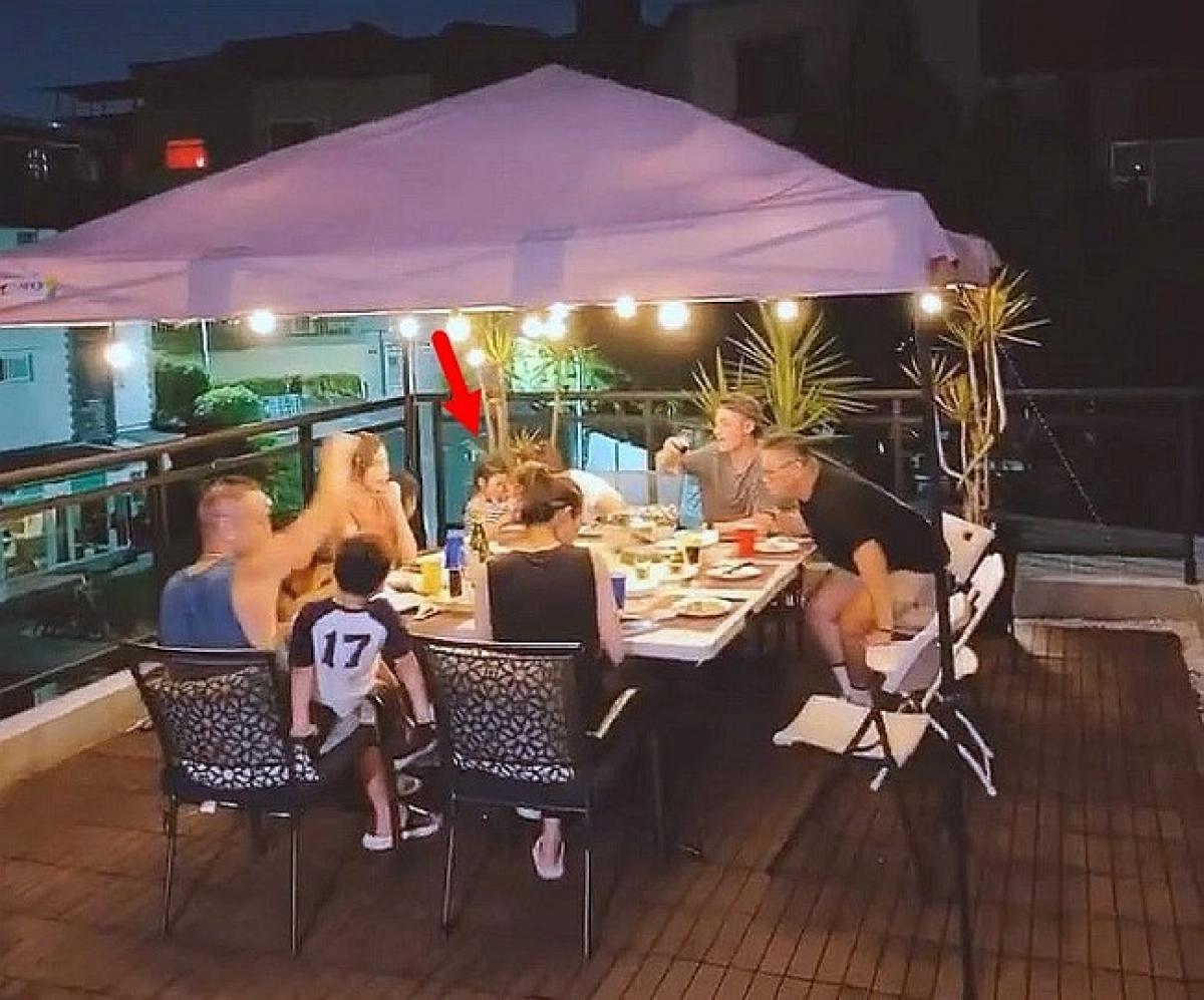Cặp sao nổi tiếng Lâm Tâm Như - Hoắc Kiến Hoa đưa con gái đi ăn uống với bạn bè đêm Thất Tịch (7/7 âm lịch). (Ngôi sao)