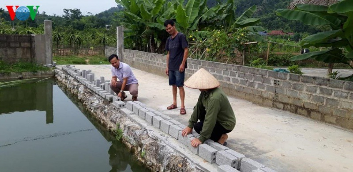 Một hộ dân sau khi được chính quyền yêu cầu đã xây tường bao quanh ao để đảm bảo chắc chắn, an toàn lâu dài.