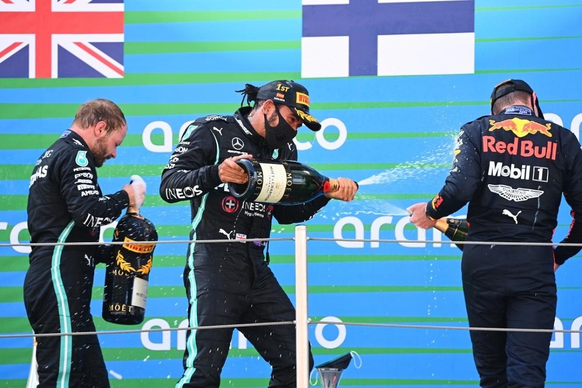 """Lewis Hamilton (giữa) chính thức """"vượt mặt"""" huyền thoại Michael Schumacher với kỷ lục 156 lần đứng trên bục nhận giải sau khi về nhất chung cuộc ở chặng đua F1 Circuit de Barcelona-Catalunya."""