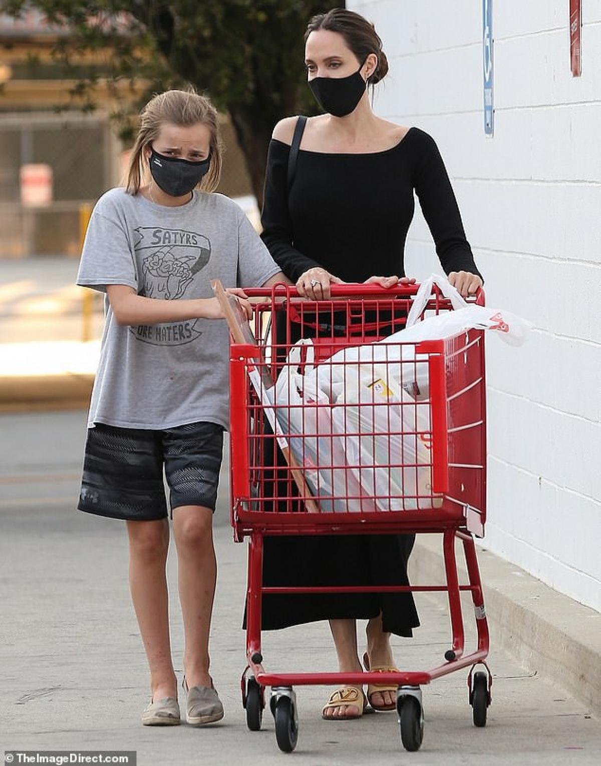 Angelina Jolie vui vẻ đưa con gái Vivienne đi mua đồ ở Los Angeles ngày 24/8 vừa qua. Hai mẹ con vừa đi vừa trò chuyện khá thân mật.