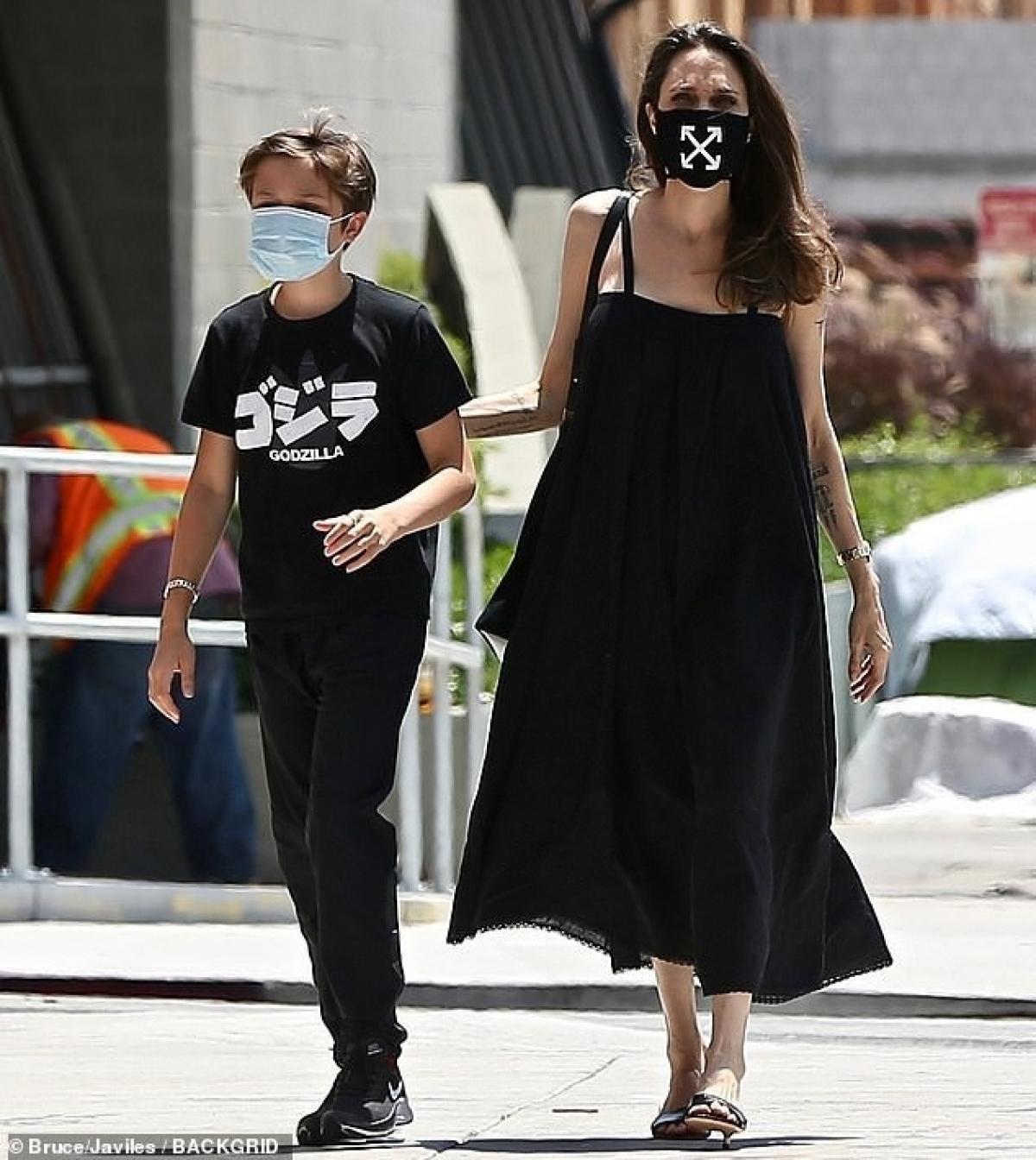 Hiện tại, Angelina Jolie đang bắt đầu có những buổi trả lời phỏng vấn để quảng bá cho bộ phim mới của cô mang tên The One And Only Ivan.