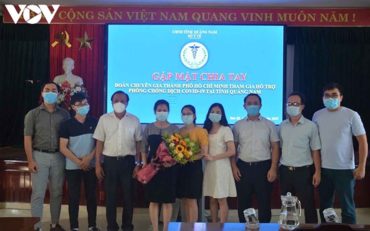 Sở Y tế Quảng Nam tặng hoa các y, bác sỹ tình nguyện.