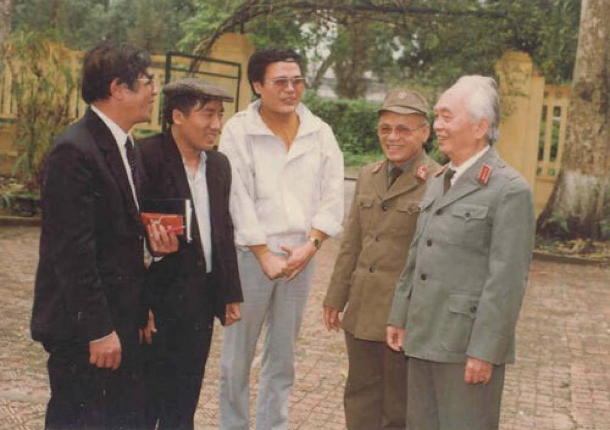 Nhà thơ Anh Ngọc (áo trắng) - trong buổi gặp gỡ Đại tướng Võ Nguyên Giáp năm 1994.