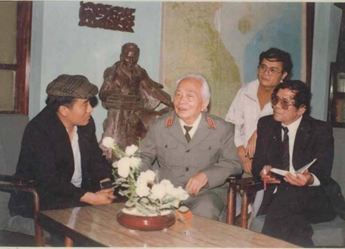 Nhà thơ Trần Đăng Khoa (trái) và nhà văn Lê Lựu (phải) trong cuộc trò chuyện với Tướng Giáp. - Ảnh tư liệu/ Nguồn vietnamnet
