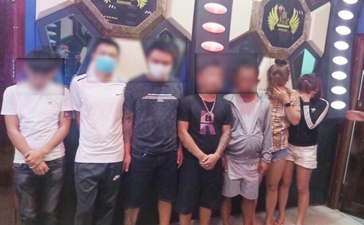 Các đối tượng sử dụng trái phép chất ma túy tại quán Karaoke bị bắt quả tang.
