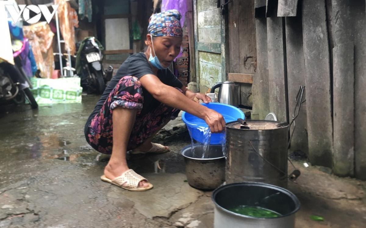 Với mỗi chuyến bốc dỡ hàng từ xe đến điểm tập kết, chị Nhung kiếm được 10.000 đồng