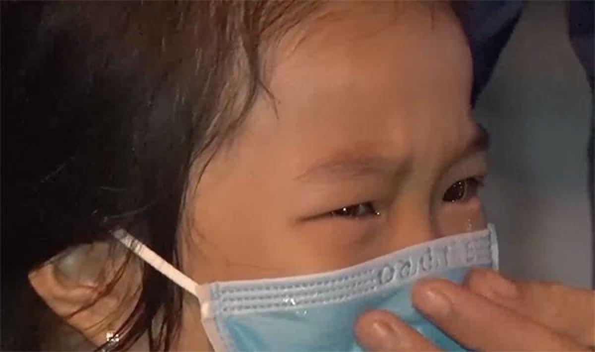 Chỉ dám đứng xa nhìn mẹ cho đỡ nhớ,con gái Đại úy Cảnh sát Mai Thị Bích Thuận khóc rưng rức (ảnh: Thành Long/VOV-miền Trung)