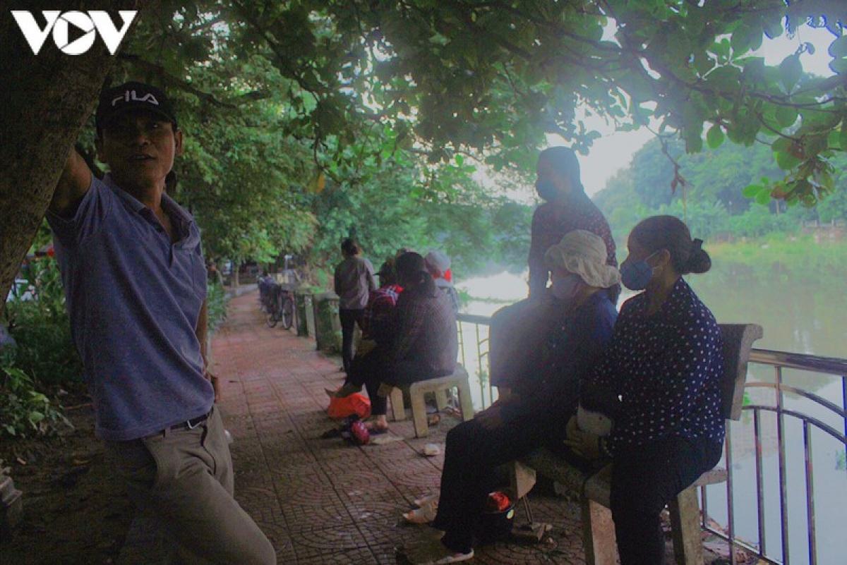 Chị Quỳ (ngồi ngoài cùng trên ghế đá) cùng rất nhiều lao động tự do khác ở các tỉnh Nam Định, Thái Bình sáng nào cũng ngồi ở cầu Đen chờ việc.