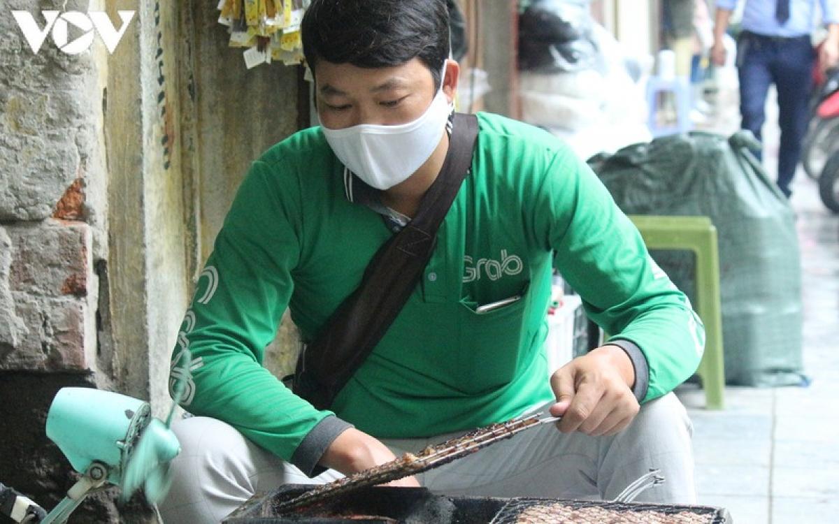 Những ngày không có khách, anh Hanh chạy sang quán vợ đang làm thêm phụ giúp