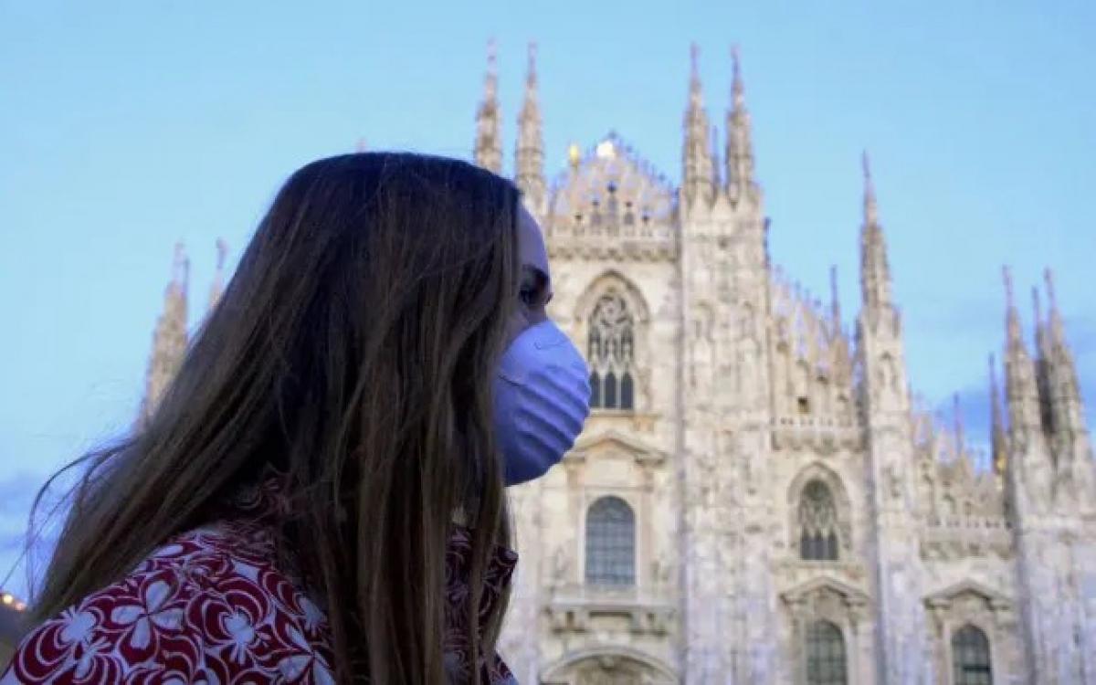 Đeo khẩu trang tại nơi công cộng ở Italy. Ảnh: Ropi.