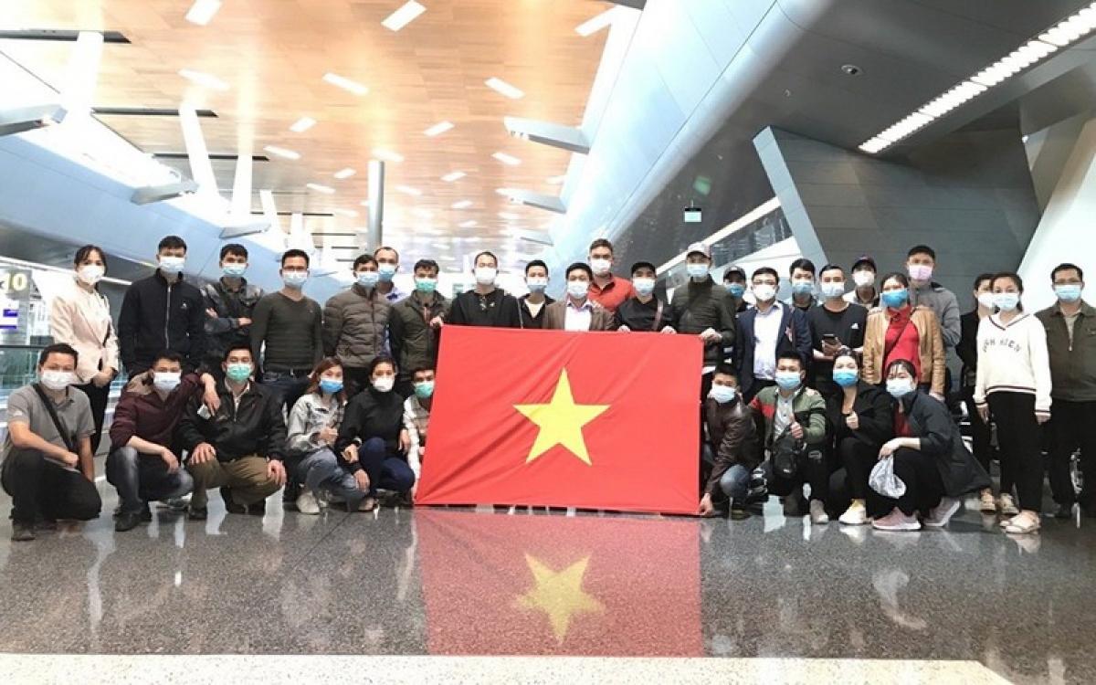 Hình ảnh nhóm người Việt ở Qatar chuẩn bị về nước. Ảnh: ĐSQ Việt Nam ở Mozambique.