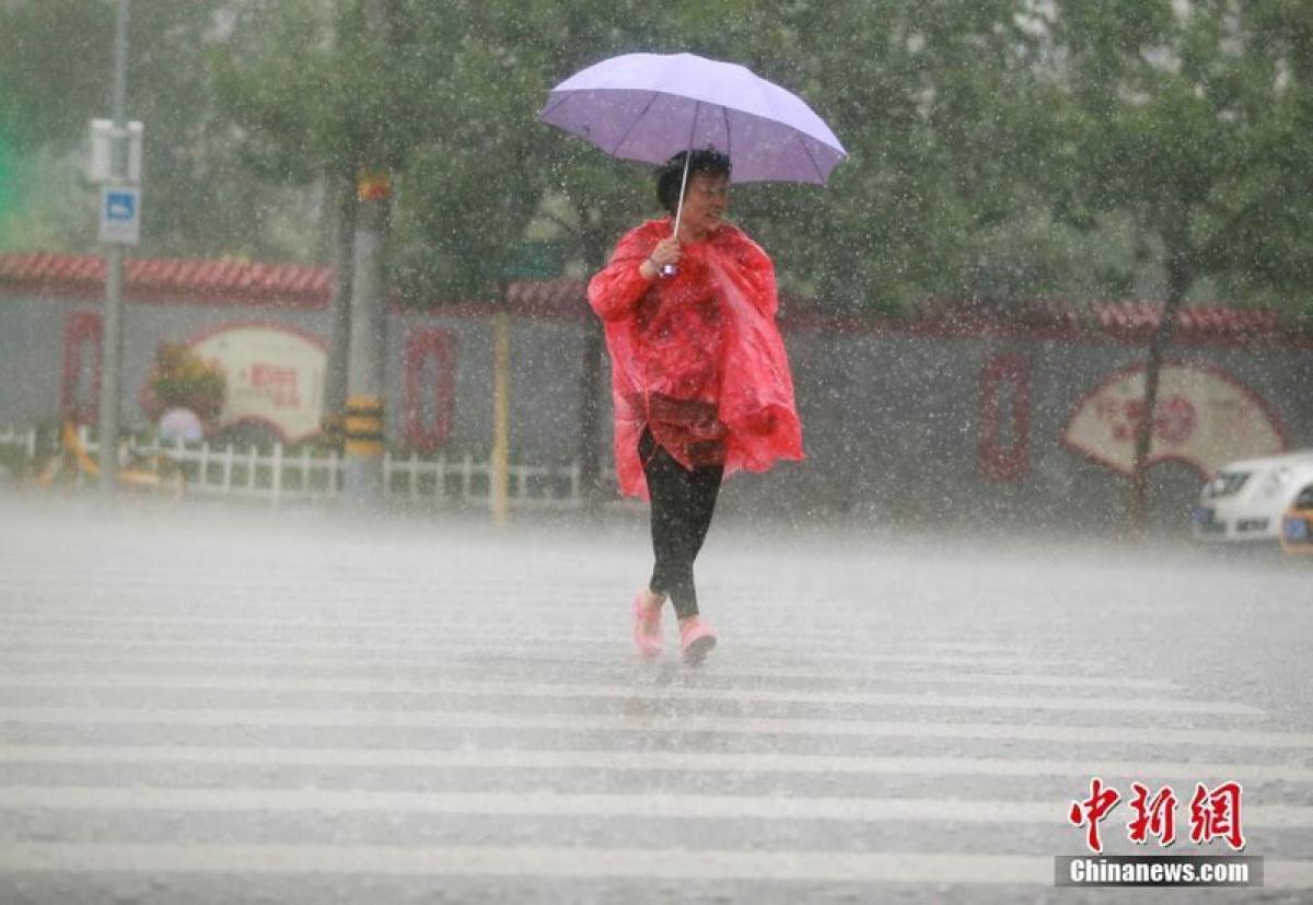 Mưa tại Bắc Kinh ngày 12.8. Ảnh: Chinanews