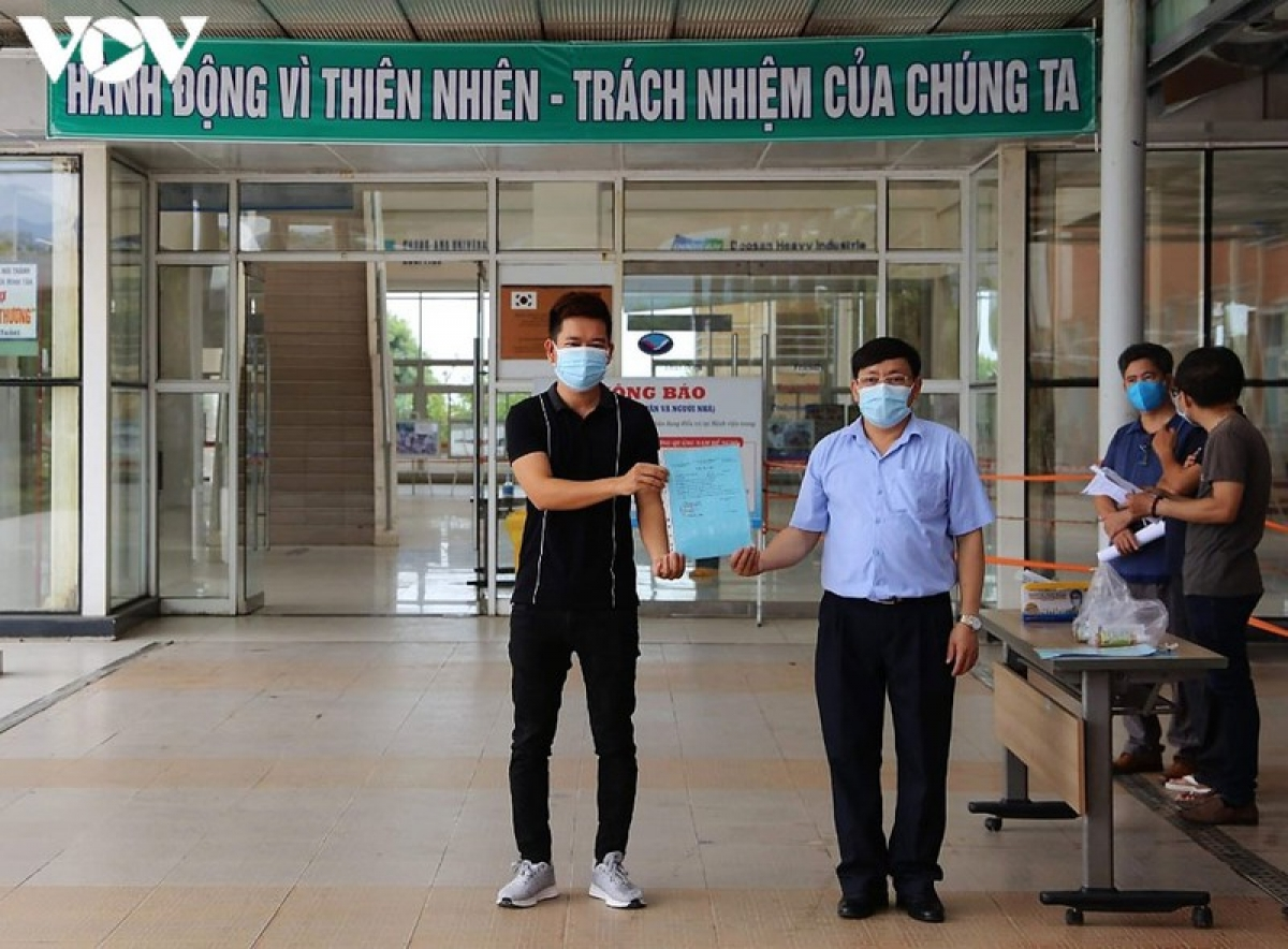 Bệnh viện Đa khoa Trung ương Quảng Nam làm thủ tục xuất viện cho một bệnh nhân Covid-19.