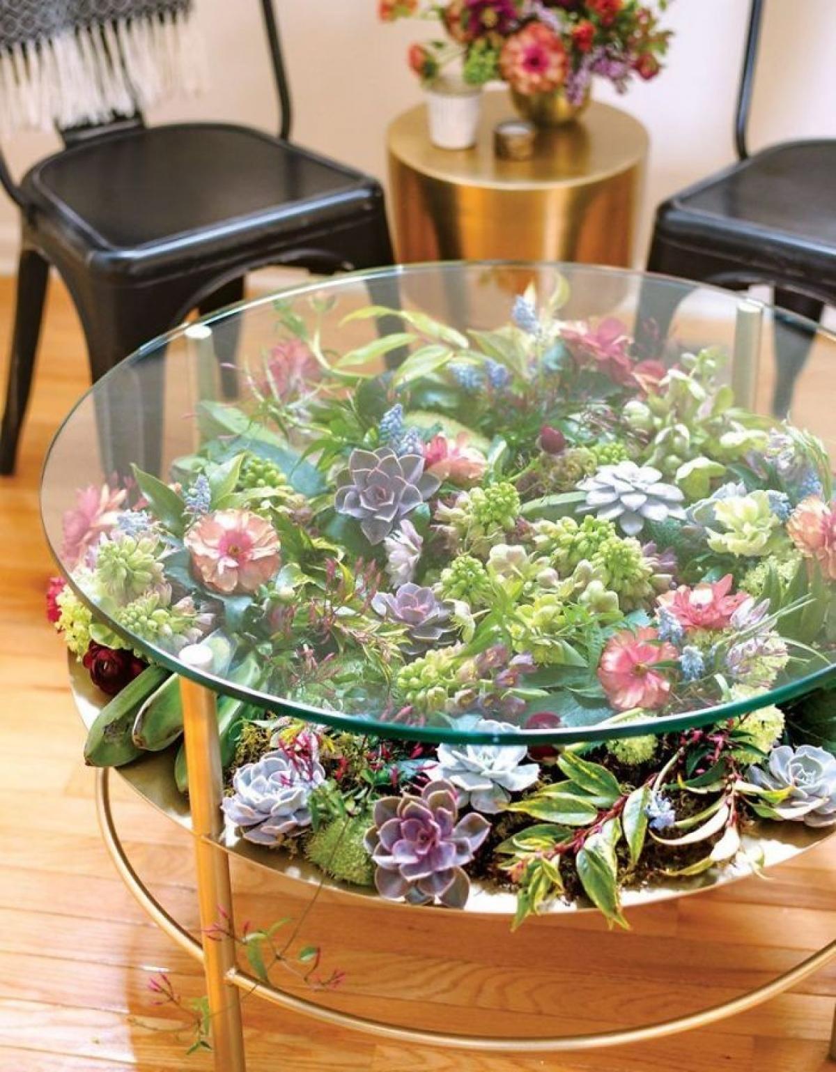 Những chiếc bàn phủ đầy cây hoa là xu hướng trang trí mới đang được ưa chuộng trên thế giới.