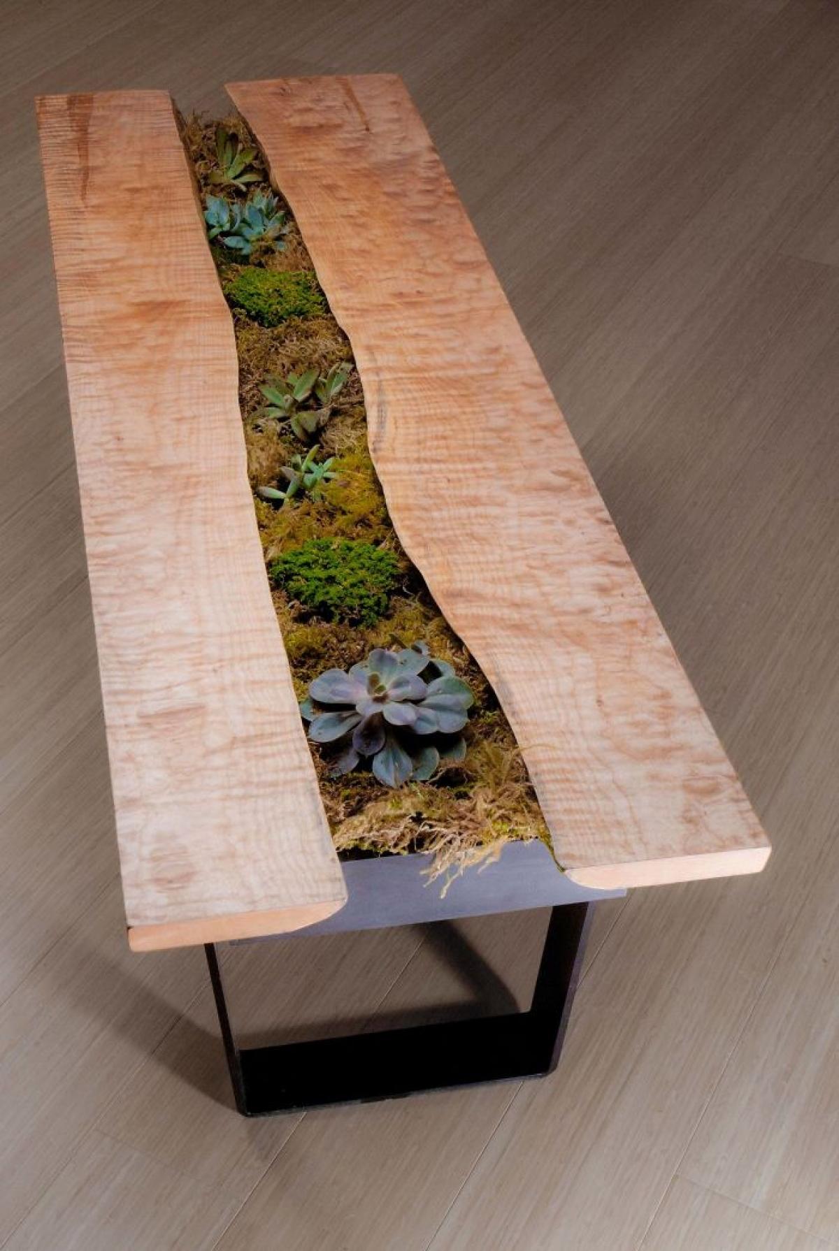 Một là để cây hoa ngay phía trên mặt bàn, thường áp dụng với những chiếc bàn dài, khổ to.
