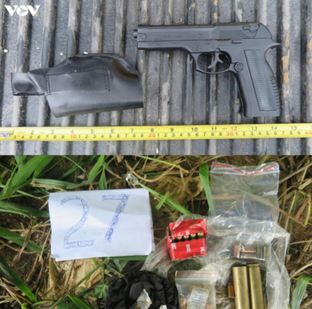 Lực lượng chức năng thu giữ được 7 khẩu súng tại hiện trường (ảnh: Thanh Tuấn)