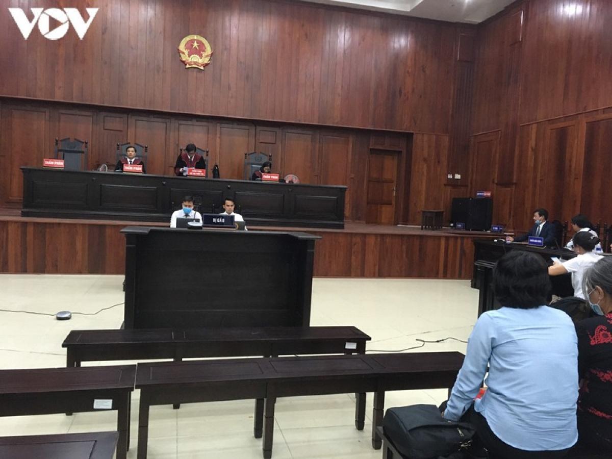 Mặc dù bị cáo Hứa Thị Phấn vắng mặt do lớn tuổi, sức khỏe yếu, nhưng phiên tòa vẫn diễn ra.