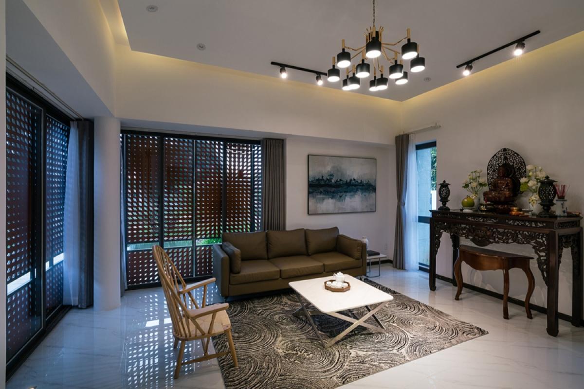 Nội thất phòng khách được thiết kế đơn giản nhưng trang trọng. Bàn thờ được đặt trong không gian này để tạo nên sự đầm ấm và gần gũi.