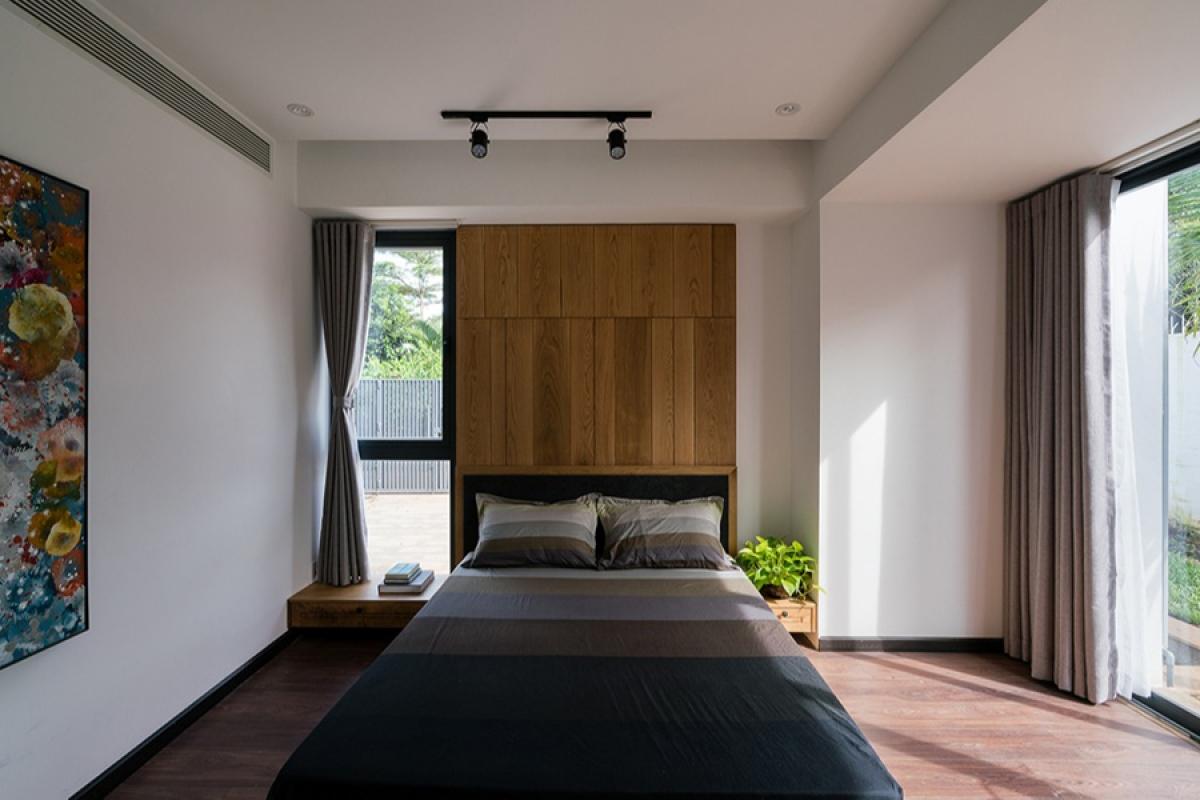 Một phòng ngủ nhỏ. Nội thất được thiết kế đơn giản và hiện đại. Chất liệu và màu sắc được kết hợp khéo léo tạo nên sự trang nhã và gần gũi.