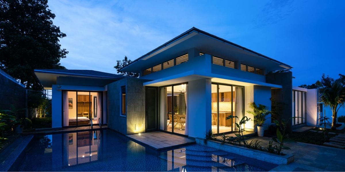 Ngôi nhà đẹp lung linh soi bóng xuống hồ nước khi lên đèn./.