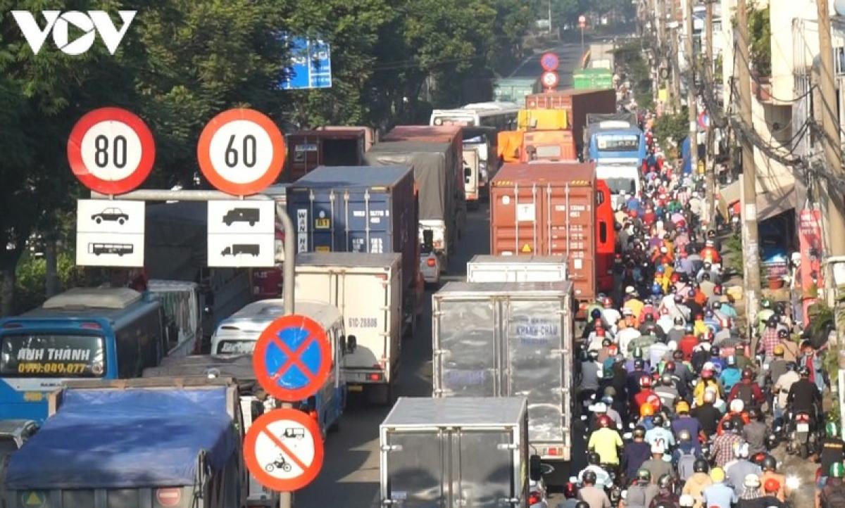 Vụ tai nạn khiến Quốc lộ 1 đi qua TPHCM bị ùn ứ kéo dài