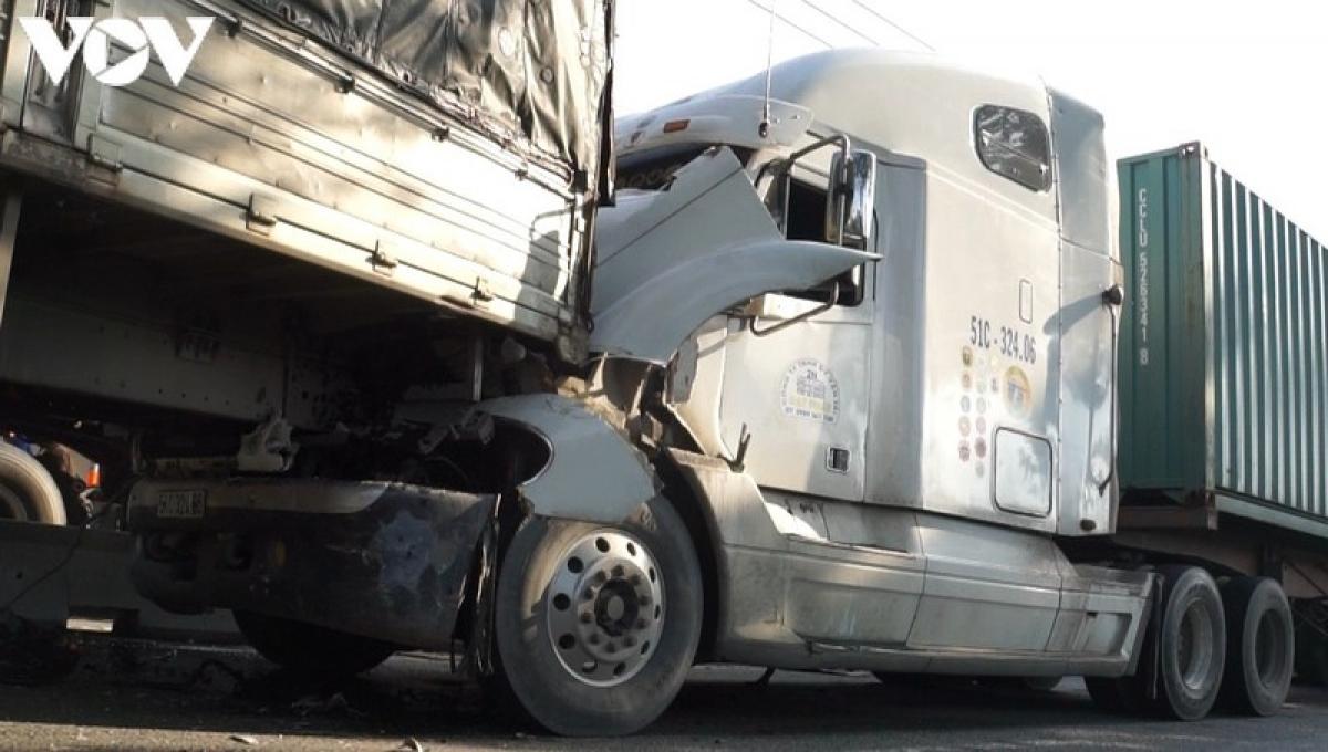 Tai nạn liên hoàn khiến nhiều phương tiện hư hỏng