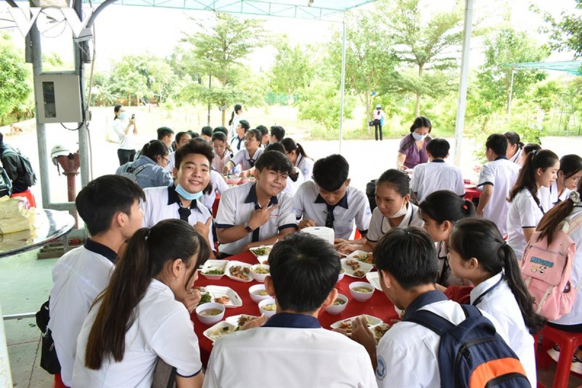 Các thí sinh ăn cơm trưa miễn phí tại điểm thi trường THPT Phan Văn Trị