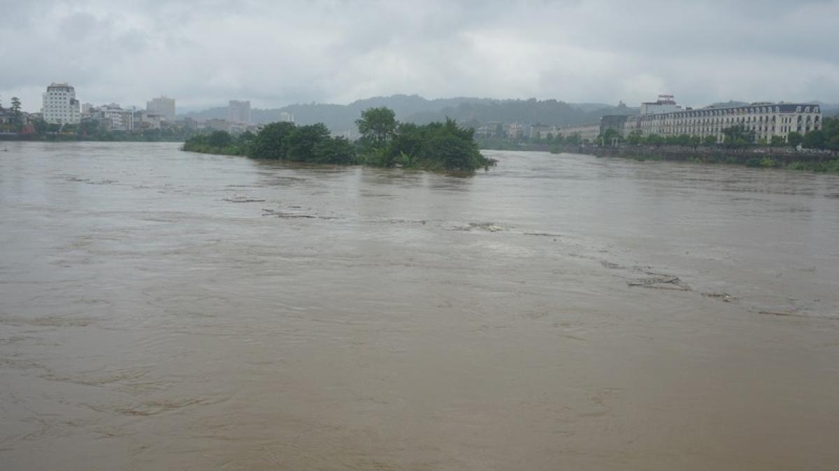 Lũ trên sông Hồng qua thành phố Lào Cai dự báo dâng cao trở lại vào đêm nay.