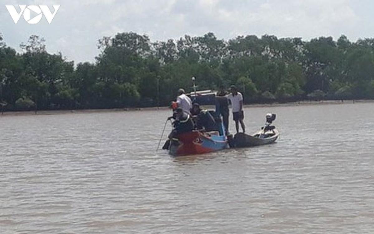 Lực lượng cứu hộ truy tìm thi thể các nạn nhân bị chìm ghe trên sông Ba Lai.( ảnh: CTV)