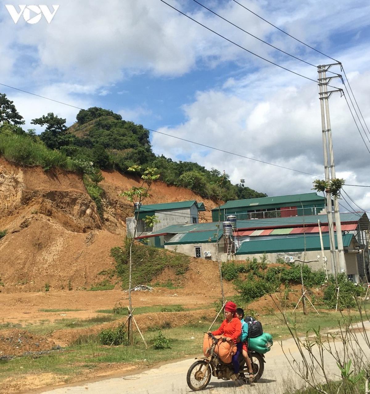 Theo rà soát, xã Chiềng Ngần có nhiều hộ đang nằm trong vùng nguy cơ sạt lở, đá lăn, như tiểu khu 5 và các bản: Ka Láp, Ỏ, Pát, Púng.