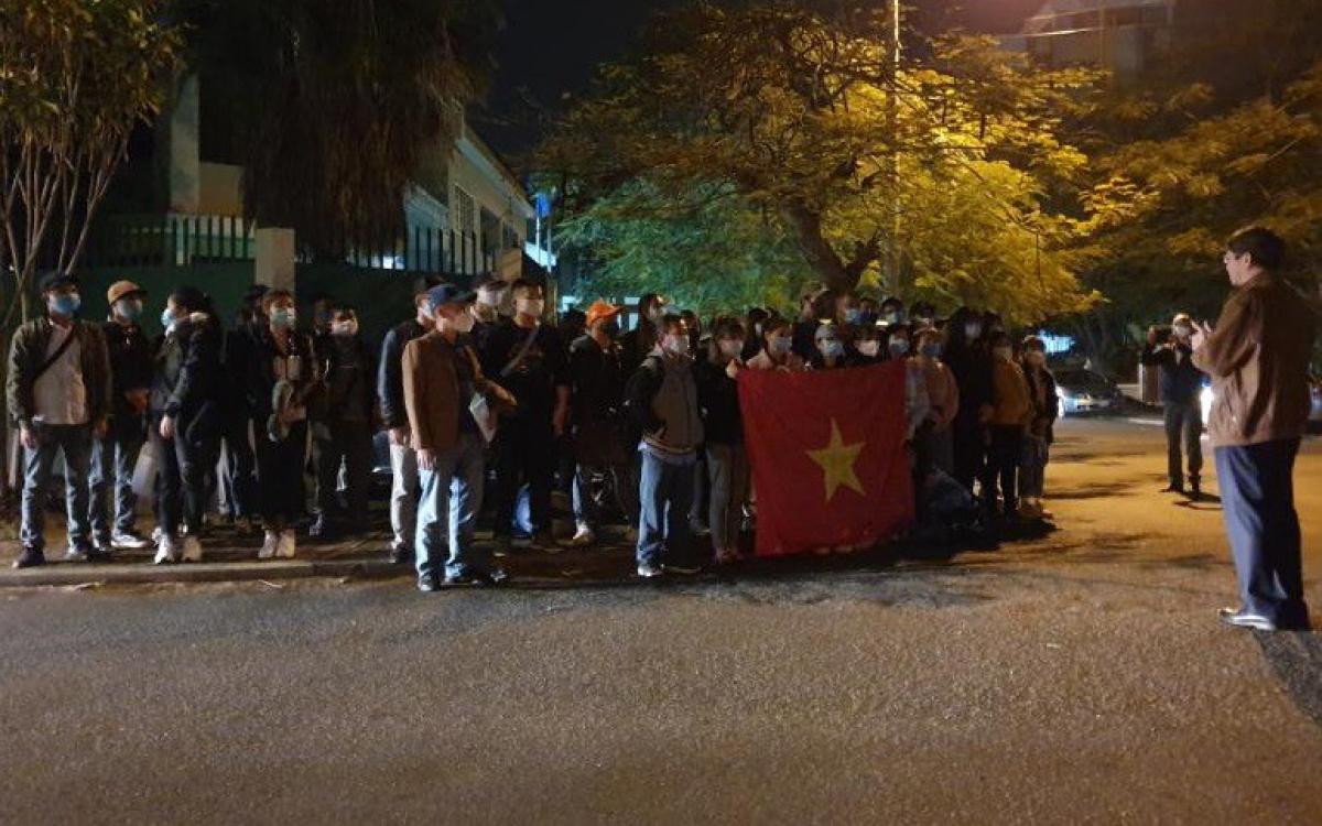 Đại sứ Lê Huy Hoàng phổ biến thông tin căn dặn bà con lúc 04h00 sáng 28/8 trước khi bà con lên xe bus khởi hành đi Nam Phi để bay về nước. Ảnh: ĐSQ Việt Nam tại Mozambique.