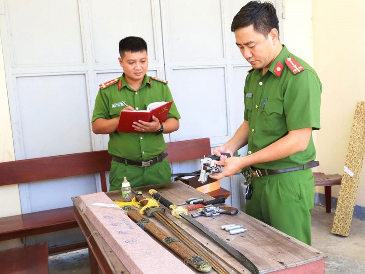 Lực lượng Công an kiểm tra số tang vật bị thu giữ. (ảnh: Công an)