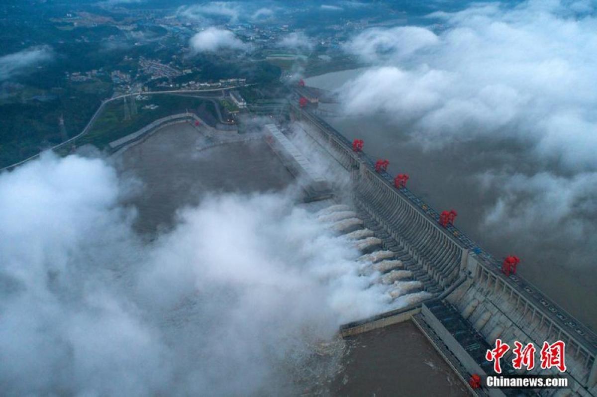 Đập Tam Hiệp mở 10 cửa xả lũ ngày 19/8. Ảnh: Chinanews.
