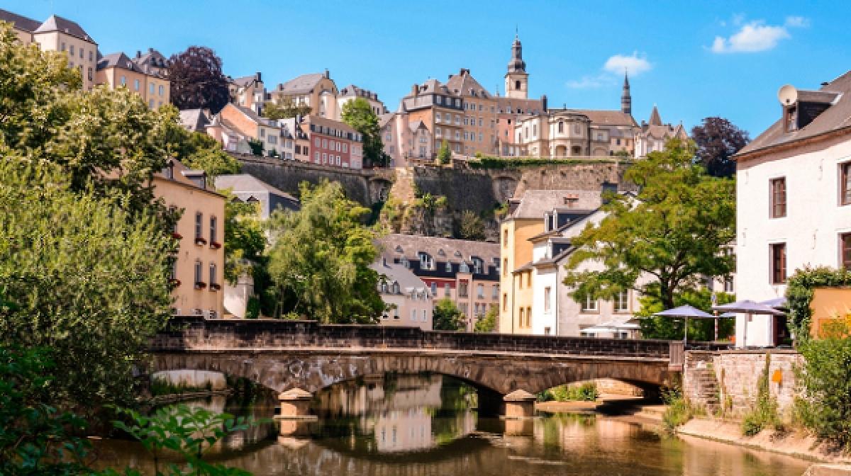 Luxembourg: Miễn phí tất cả các phương tiện giao thông công cộng. Đây là nơi duy nhất trên thế giới mà người dân và khách du lịch được tận hưởng hệ thống giao thông công cộng hoàn toàn miễn phí. Từ ngày 29/2 năm nay, vé xe điện, tàu hỏa và xe bus đã được xóa bỏ. Tuy nhiên, có một ngoại lệ là những chuyến tàu quốc tế và chỗ ngồi khoang hạng nhất thì vẫn phải trả tiền./.
