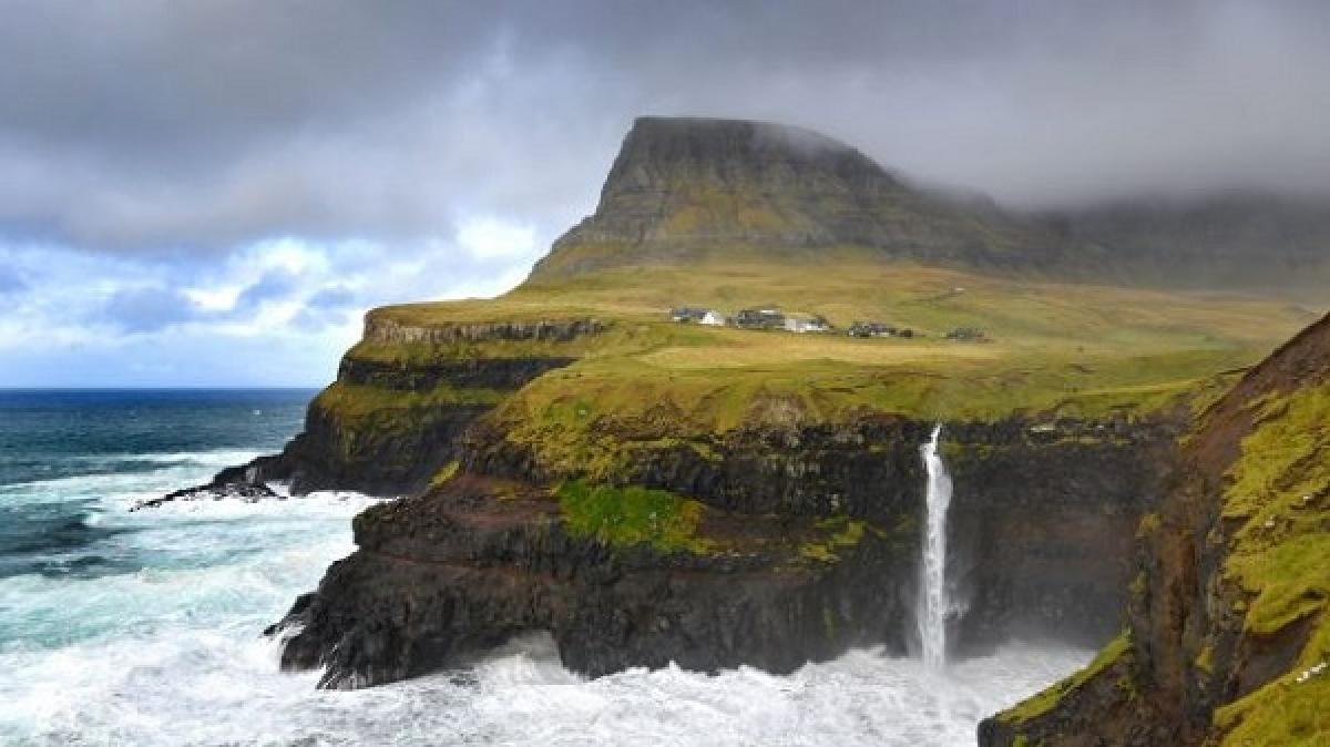 Đan Mạch: Sở hữu một quần đảo huyền bí với 37 từ nói về sương mù. Đó chính là quần đảo Faroe, một khu vực tự trị của Vương quốc Đan Mạch. Nhà báo Janein Bell viết trên Telegraph Travel rằng người Faroe có 37 từ để nói về sương mù, từ mjorkabelti (làn sương mỏng, dài) và toppamjorki (sương mù trên đỉnh núi) đến kavamjorki (sương mù tuyết). Trong đó, Janein Bell thích nhất là loại pollamjorki – màn sương mù thấp trên biển len lỏi vào vịnh và thung lũng khi thời tiết phía trên quang đãng, tạo nên hiệu hứng huyền bí như thể hòn đảo đang nổi trên không.