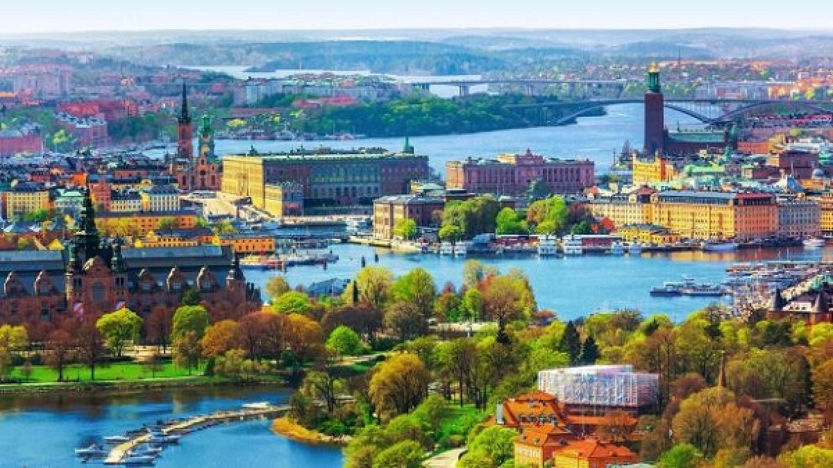 """Thụy Điển: Bạn có thể du hành thời gian như Doremon. Biên giới giữa Thụy Điển và Phần Lan là một mốc thời gian. Giờ của Phần Lan đi trước 2 giờ so với giờ chuẩn Greenwich (GMT), còn Thụy Điển thì đi trước 1 giờ. Điều này có nghĩa là nếu bạn vượt qua biên giới từ Tây sang Đông, bạn có thể """"lấy lại"""" được 60 phút của cuộc đời mình. Điều thú vị nữa là vào ngày 31 tháng 12, bạn được đón năm mới tận 2 lần."""