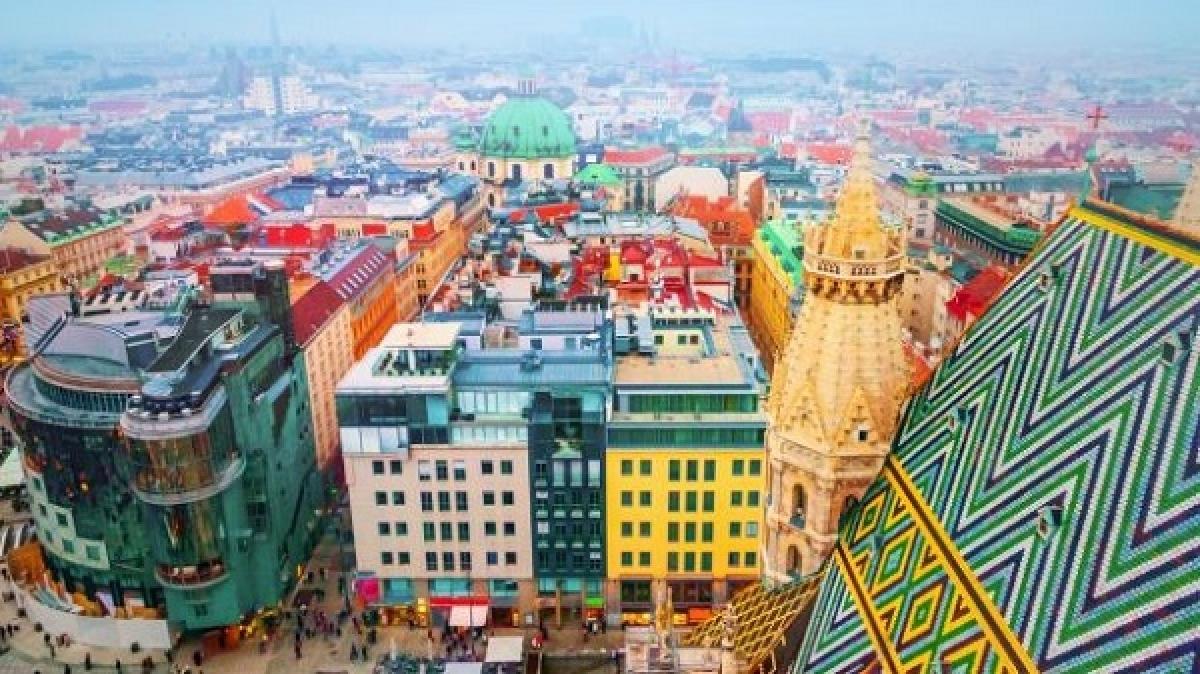 Áo: Có thành phố hạnh phúc nhất thế giới. Quốc gia hạnh phúc nhất thế giới này lại có thủ đô Vienna được xếp hạng là thành phố đáng sống nhất trên thế giới. Vienna đạt điểm cao về môi trường chính trị, xã hội, kinh tế, chăm sóc y tế, giáo dục và các điều kiện cơ sở hạ tầng như giao thông công cộng, cung cấp điện và nước. Mối quan tâm lớn nhất của khách du lịch và các lựa chọn giải trí thì Vienna cũng đạt điểm cao nhất. Nơi đây có những cung điện lớn, phòng trưng bày (như bảo tàng Kunsthistorisches với tác phẩm tinh xảo của Rubens, Titian, Velasquez và Vermeer). Đây là nơi khai sinh của nghệ thuật thưởng thức cafe với bánh và là thủ đô của âm nhạc cổ điển với những nhà soạn nhạc đại tài là Mozart và Beethoven.