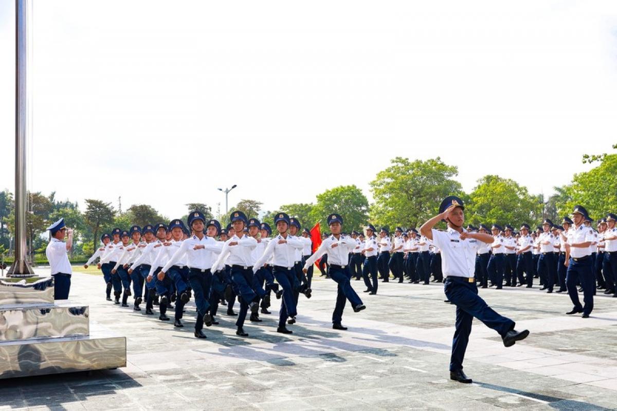 Duyệt đội ngũ trong lễ chào cờ ở Bộ Tư lệnh Cảnh sát biển Việt Nam.