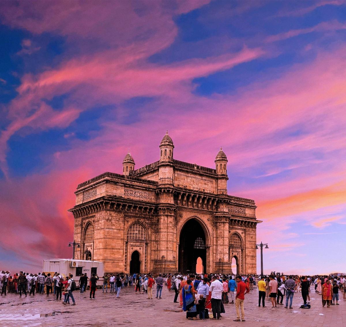 Cũng tại Mumbai, Christopher Nolan đã tập hợp đến 40 chiếc thuyền trước Cổng Ấn Độ (Gateway of India) – một công trình kiến trúc đồ sộ nằm ở cảng Apollo Bunder dọc theo bờ biển phía nam thành phố. Theo một số tờ báo địa phương, đoàn làm phim từng ngăn chặn một nam thanh niên có ý định nhảy lầu tự tử từ khách sạn Taj Hotel. Anh này nhảy trúng vào... phim trường và được giữ lại nhờ trang thiết bị, sau đó đã được cảnh sát đưa đi an toàn.