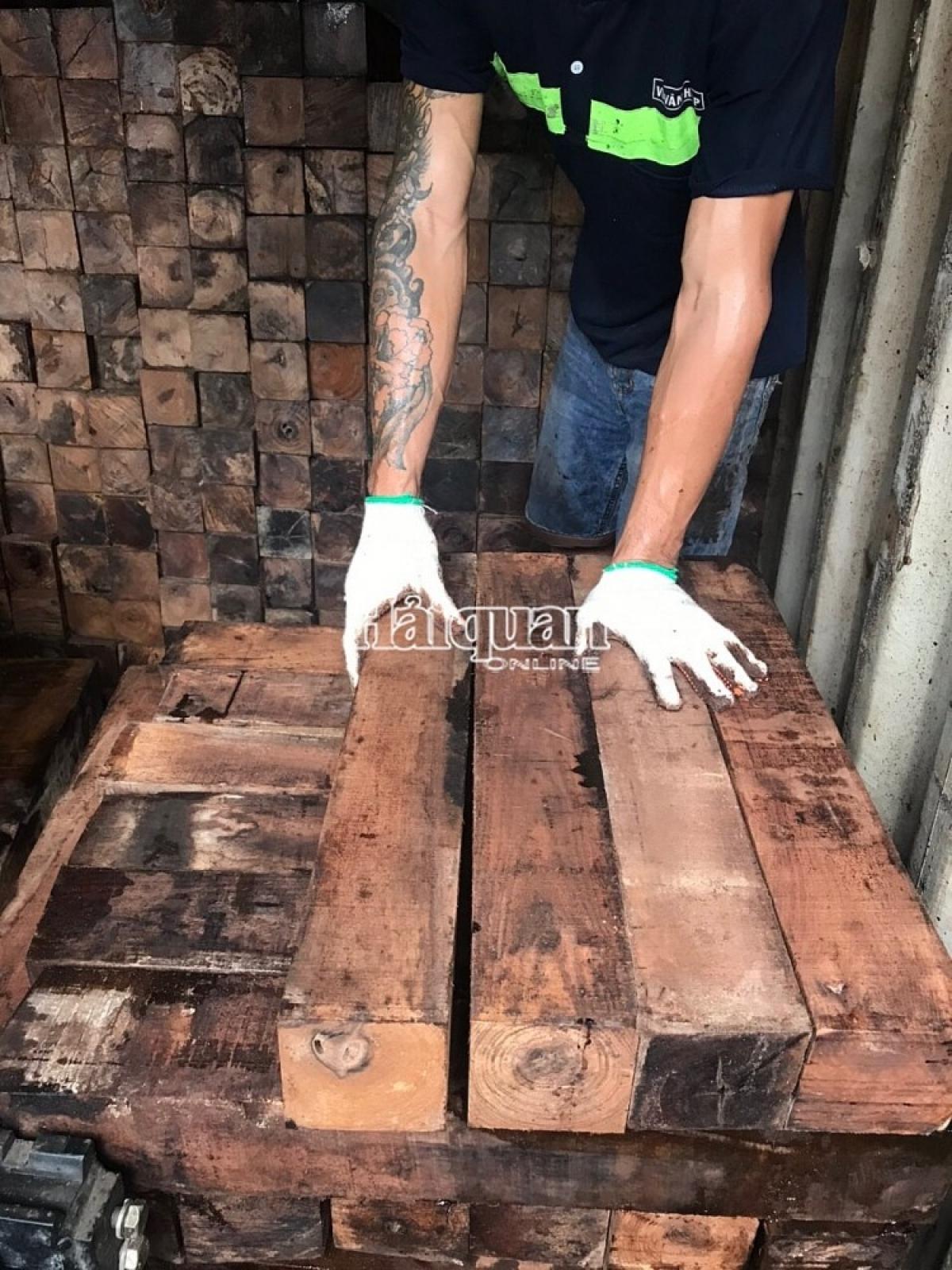 Mỗi container chứa hàng trăm m3 gỗ (Ảnh: Haiquanonline)