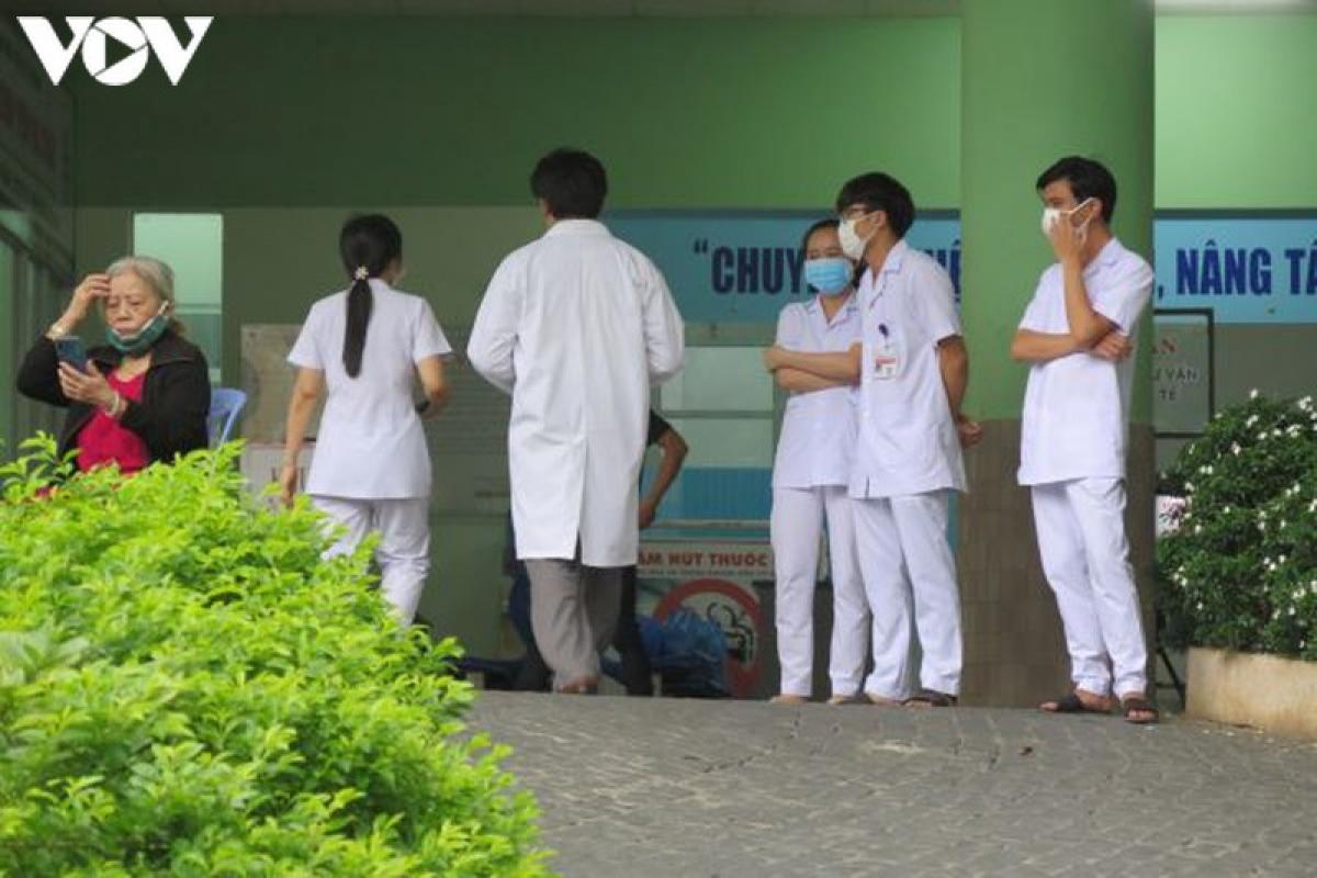 Y bác sĩ và nhân viên y tế vui mừng sau thời gian hết cách ly.
