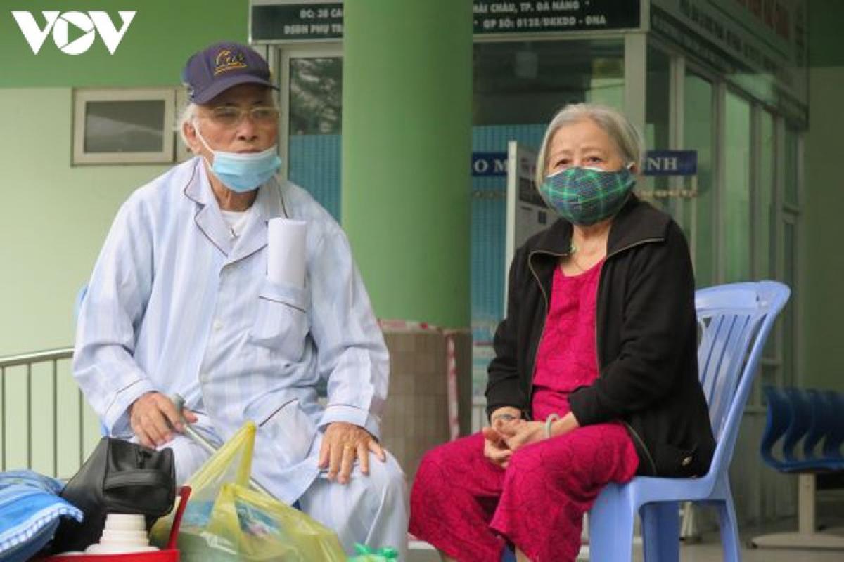 Bệnh nhân và người nhà được trở về nhà sau 14 ngày cách ly trong BV Hải Châu